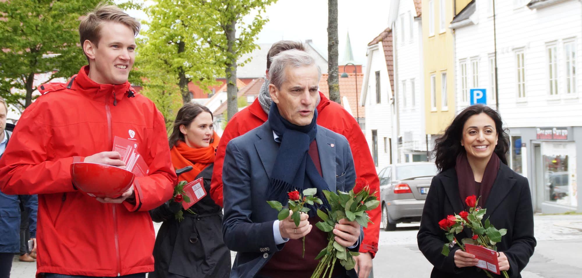 Torstein Tvedt Solberg, Jonas Gahr Støre og Hadia Tajik deler ut roser i Stavanger.