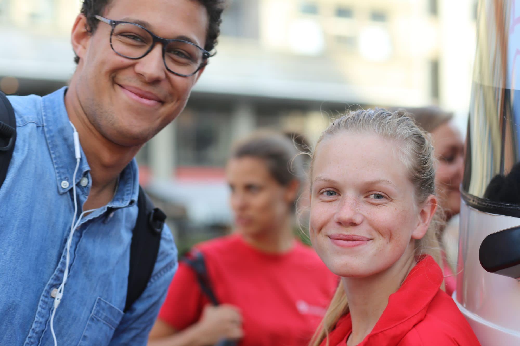 To smilende mennesker utendørs.