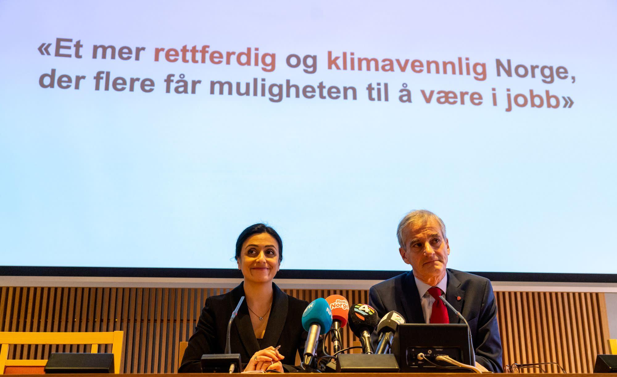 'Hadia Tajik og Jonas Gahr Støre sitter foran en skjerm med teksten