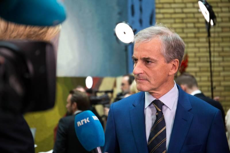 Jonas Gahr Støre intervjues av NRK i Stortingets vandrehall