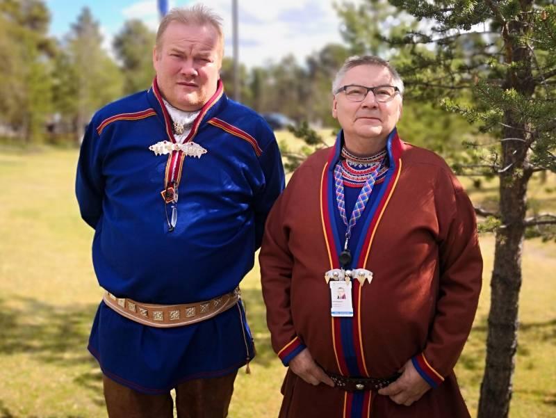 Bjørn Inge Mo og John Kappfjell utenfor Sametinget i Karasjok