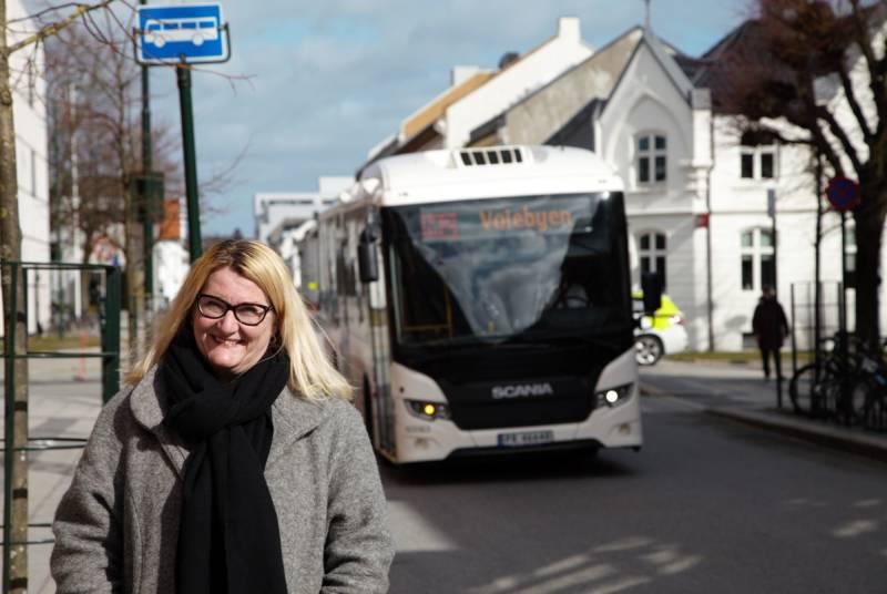Gro Bråten og buss
