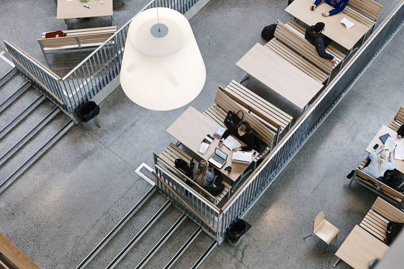 Bilde i fugleperspektiv av studenter som sitter og arbeider. Foto: Øivind Haug