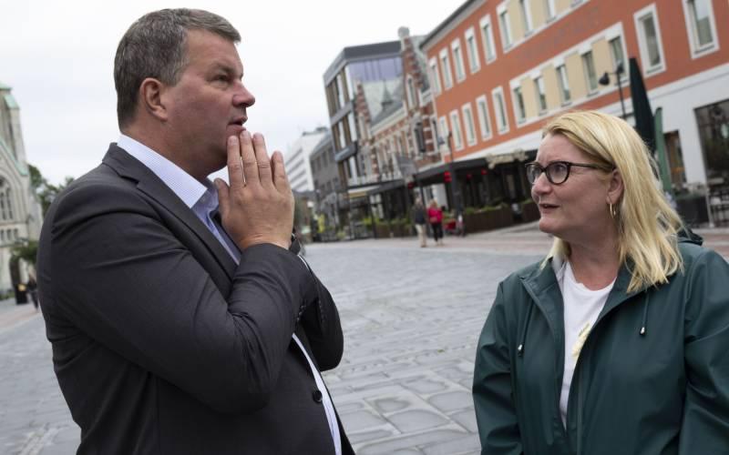 f.v. LO-leder Hans Christian Gabrielsen og fylkesordførerkandidat Gro Bråten.