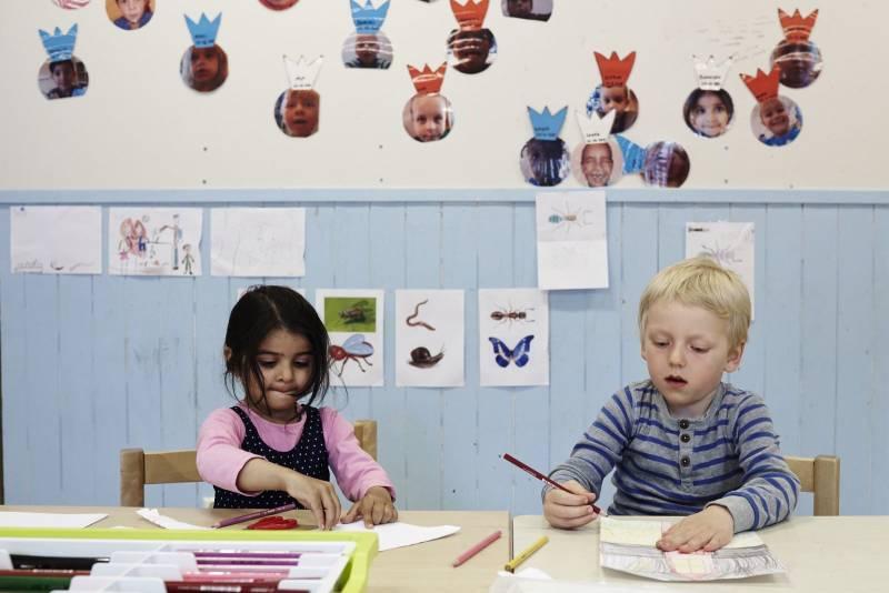 To venner sitter og tegner sammen i barnehagen. Foto: Øivind Haug