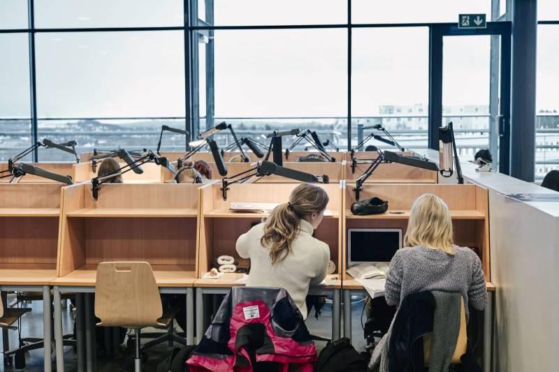 To studenter sitter og jobber på lesesalen. Foto: Øivind Haug