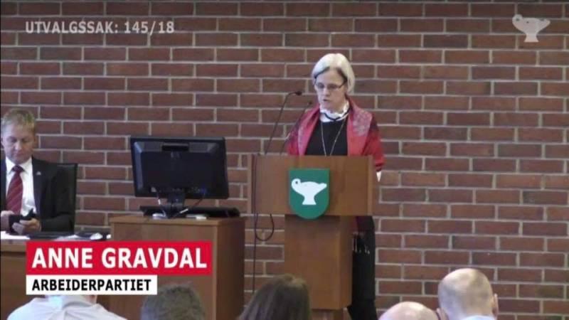 Anne Gravdal holder et innlegg i bystyret.