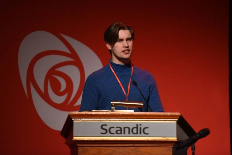 Erik Hulleberg holder tale på årsmøtet i Innlandet Ap