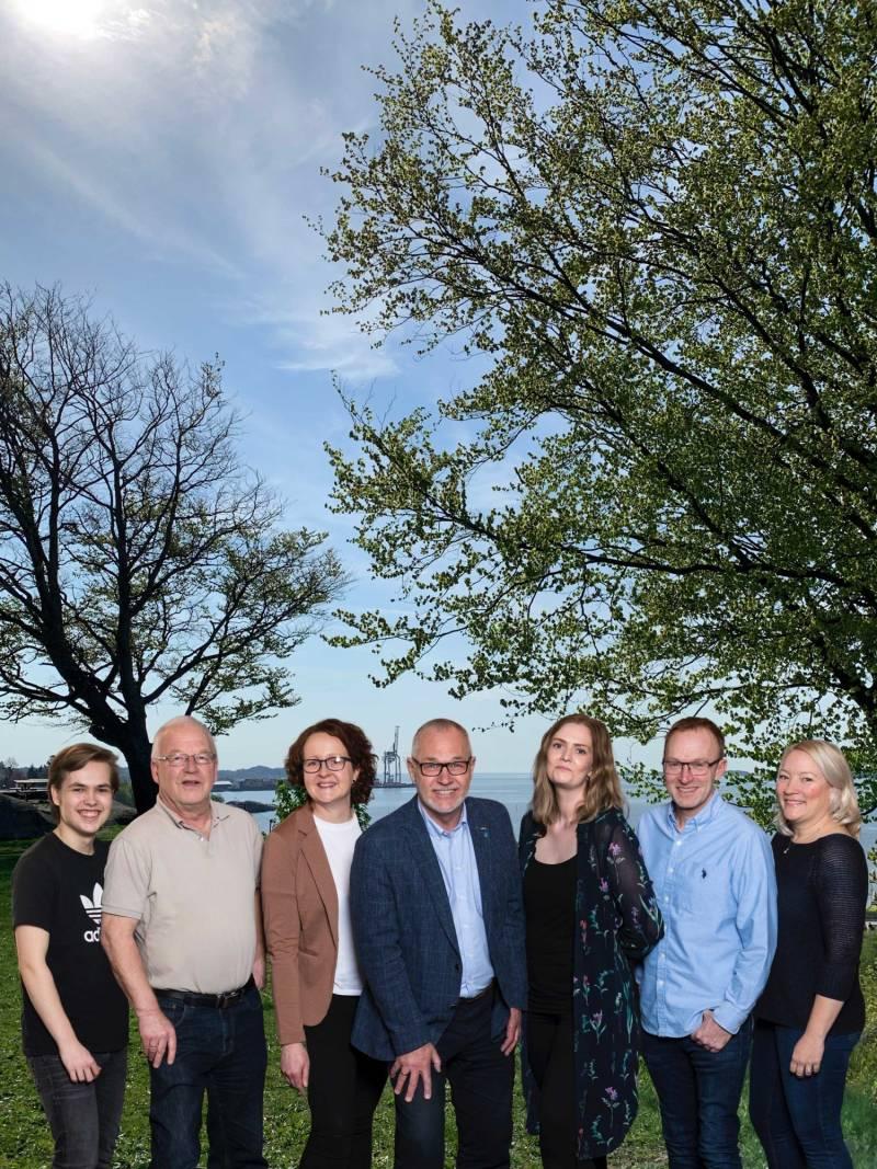 Rune Høiseth, Elin Nyland, Harald Schrøder, Pia Johansen, Andre Lysnes og Guro Kohlberg sammen med Larvik AUFs leder Ola Fergem.