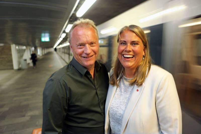 Raymond Johansen og Siri Gåsemyr Staalesen på Lindeberg t-banestasjon.