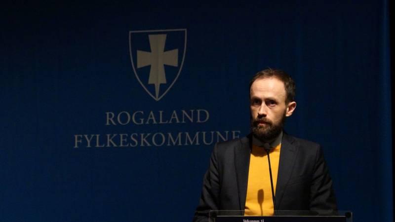 Simon Næsse fra talerstolen foran Rogaland Fylkeskommune sin logo