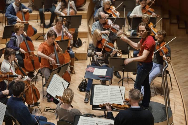 Oversiktsbilde av strykeinstrumentalistene i et orkester. Foto: Øivind Haug
