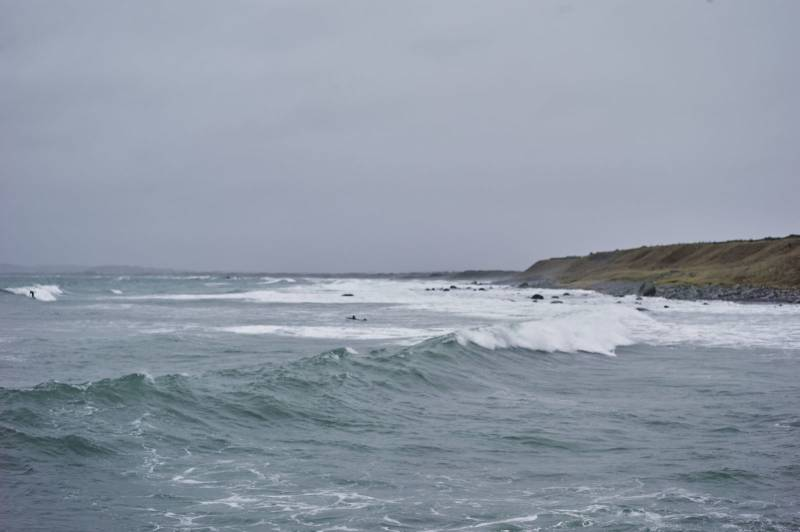Bølger slår innover kystlandskapet, overskyet vær. Foto: Øivind Haug