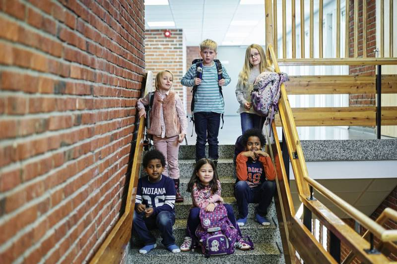 En gjeng elever står oppstilt i en trapp. Foto: Øivind Haug