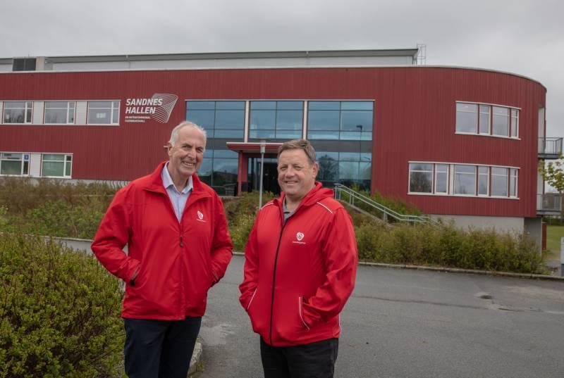 Stanley Wirak og Bjarne Berntsen foran Sandneshallen.