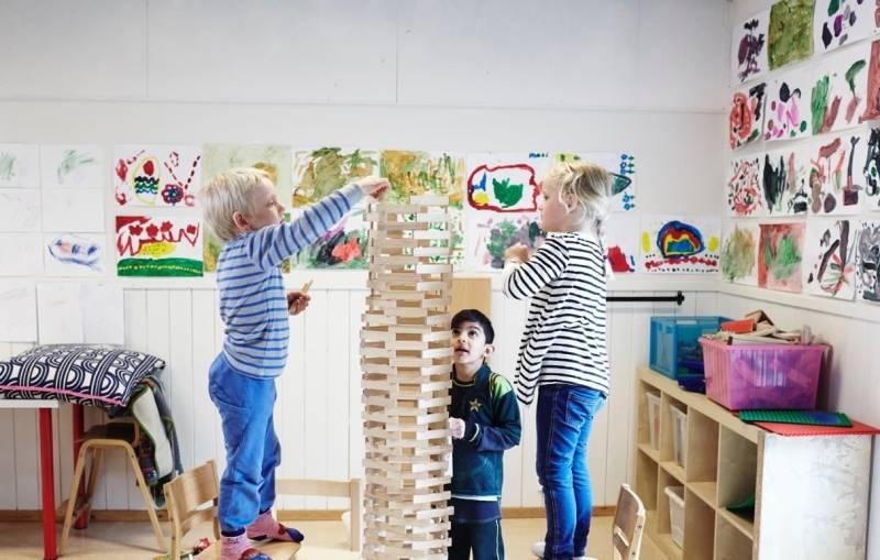 Tre barn leker og har det gøy