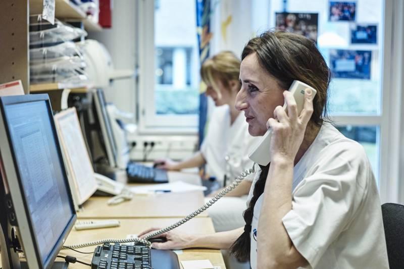 En helsearbeider sitter på telefonen. Foto: Øivind Haug