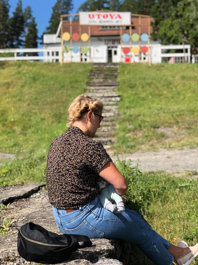 Tonje ammer Oskar på kaia på Utøya under AUFs sommerleir