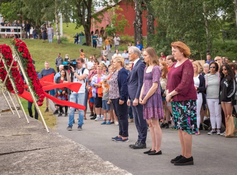22. juli markering med kranser på bryggen på Utøya