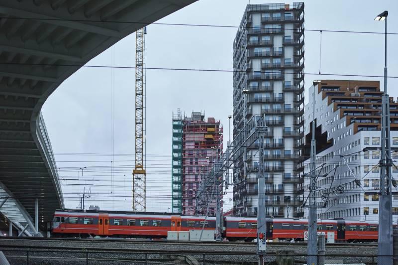 Et tog kjører forbi  påbegynte høyhus i Bjørvika. Foto: Øivind Haug
