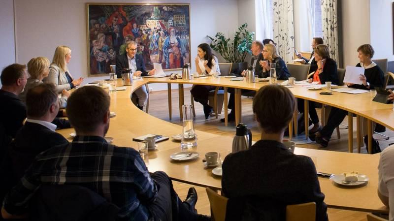 Jonas Gahr Støre, Kjersti Stenseng, Hadia Tajik og resten av sentralstyret sitter glade rundt bordet på sentralstyrerommet på partikontoret.