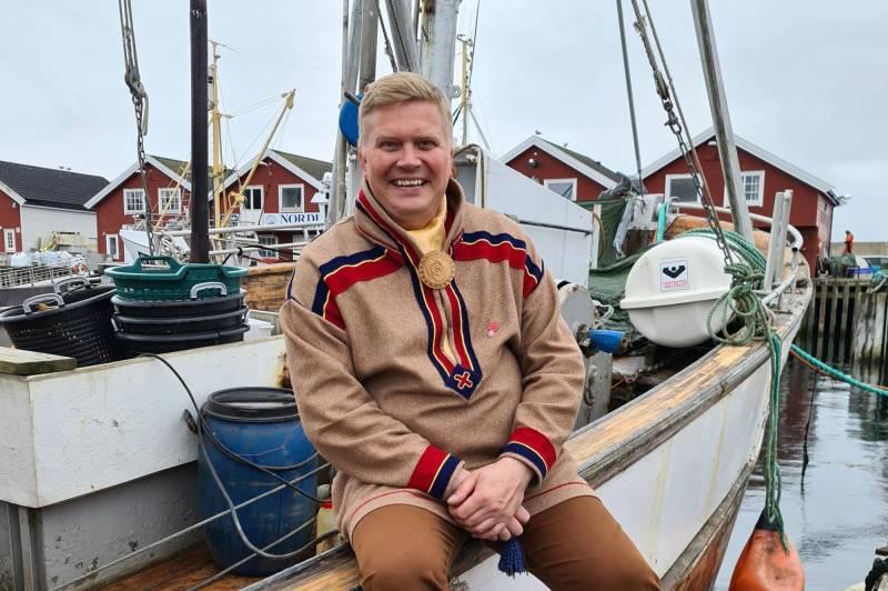 Mannlig samtingspresident-kandidat. Med samedrakt på en båt.
