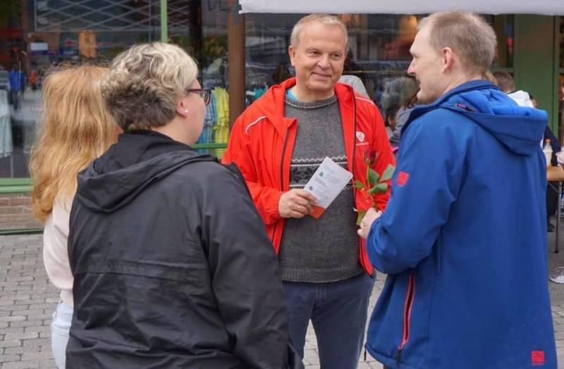 Helge Robert Midtbø i møte med tre mennesker.