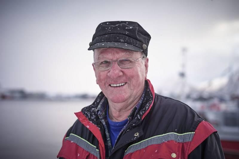 En eldre mann står i arbeidsklær ved en havn. Foto: Øivind Haug