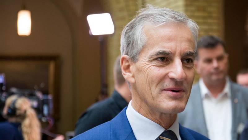 Jonas Gahr Støre i vandrehallen på Stortinget