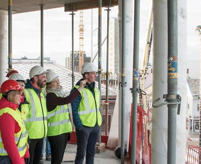 En delegasjon fra Stortinget og LO Nordland besøker byggeprosjektet Bodø Rådhus.