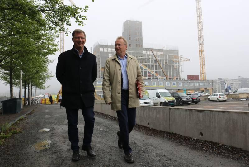 Robert Steen og Raymond Johansen i Bjørvika. Foran det nye Munch-museet.