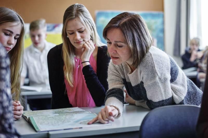 En lærerinne forklarer og hjelper elevene sine. Foto: Øivind Haug