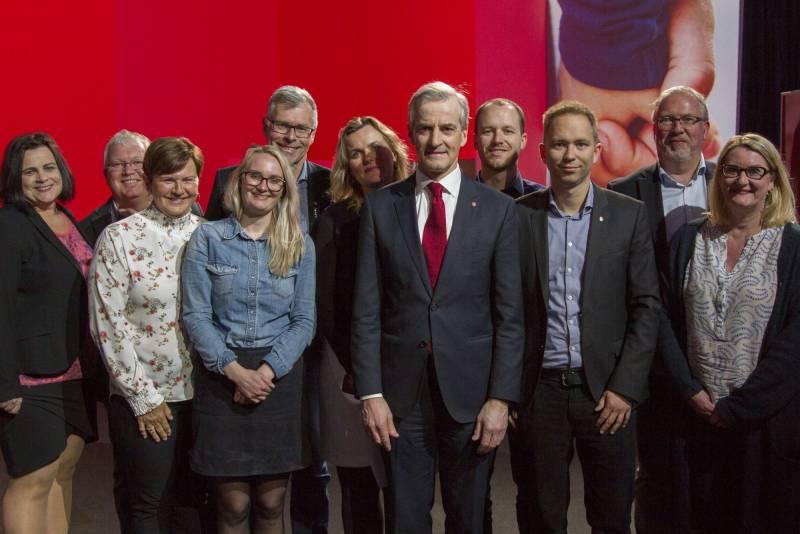 Bilde av Aust-Agder Arbeiderpartis landsmøtedelegasjon sammen med partileder Jonas Gahr Støre