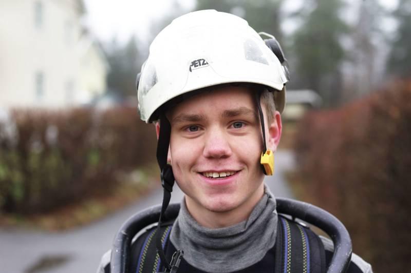 Portrett av en ung mann med vernehjelm. Foto: Øivind Haug