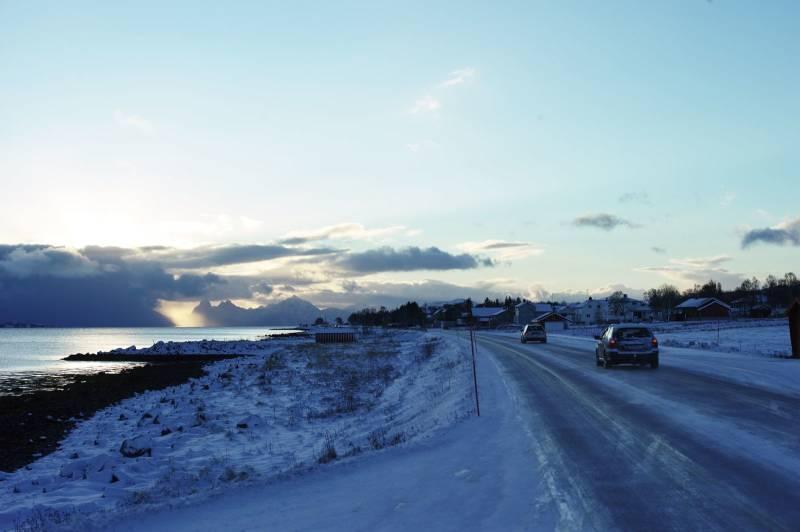 En kystvei strekker seg gjennom et vinterkledd landskap. Foto: Øivind Haug