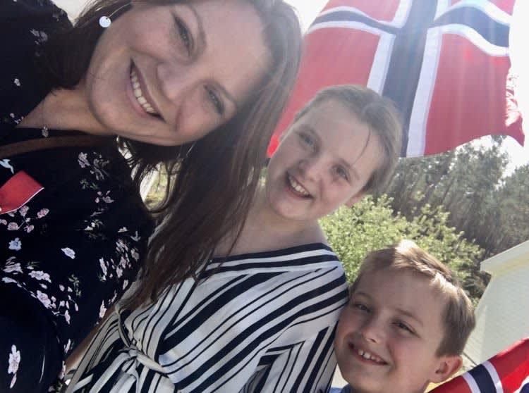 Jenny Evjen med sine to sønner på 17. mai