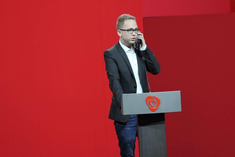 Tellef Inge med mobiltelefon på talerstolen på Arbeiderpartiets landsmøte