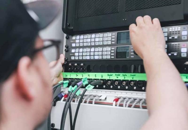 André Larsen er driftssjef ved VALY i Alta. Her i arbeid med videoproduksjon.