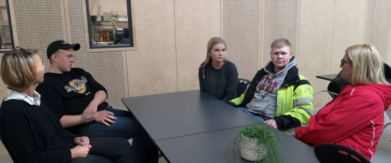 Gro Bråten og Inger Lise Lund Stulien i samtale med elever ved Byremo vgs