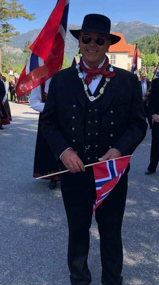 Ordførar Halfdan Haugan m/kjede i 17.mai toget framom Seljord Kyrkje