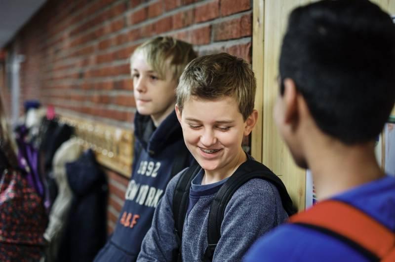 Tre skolegutter henger i gangen. Foto: Øivind Haug