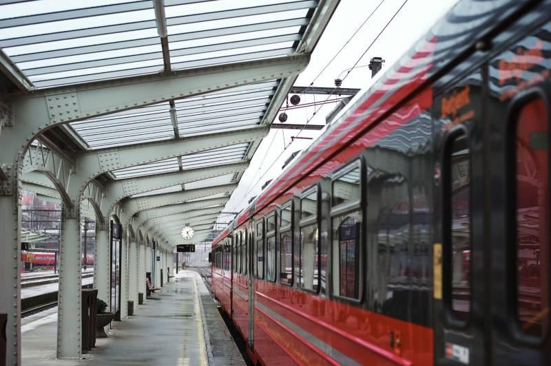 Nærbilde av et tog som venter på perrongen. Foto: Øivind Haug