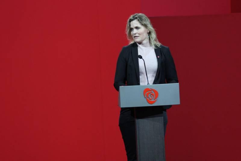 Cecilie Knibe Hanssen på talerstolen på Arbeiderpartiets landsmøte