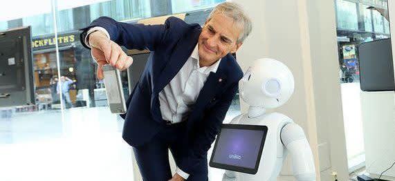 Jonas Gahr Støre med robot