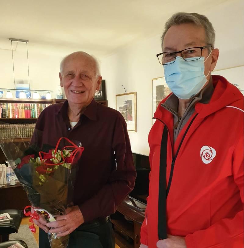 Roser til Nils fra Lillestrøm AP - overrakt av Tore Wollum