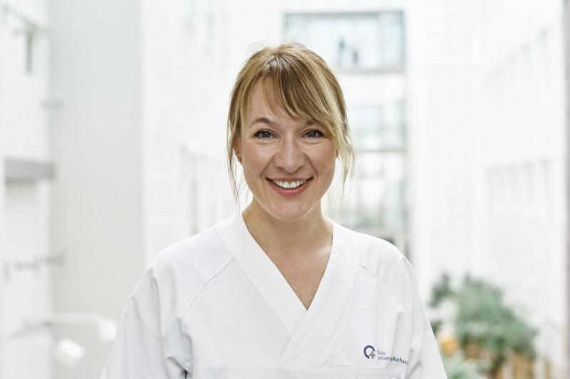 Portrettbilde av en smilende lege. Foto: Øivind Haug