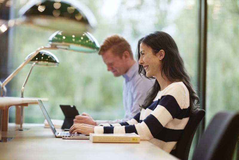 To studenter sitter og jobber. Foto: Øivind Haug