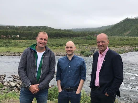 På bildet fra venstre: Nikolaj Christiansen (Styreformann Vestre Jakobselv jeger- og fiskeforening), Tom Sottinen (Sametingskandidat AP), Steinar Karlstrøm (Stortingskandidat AP)