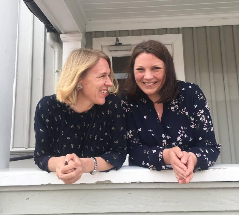 Jenny og Anniken Huitfeldt smiler