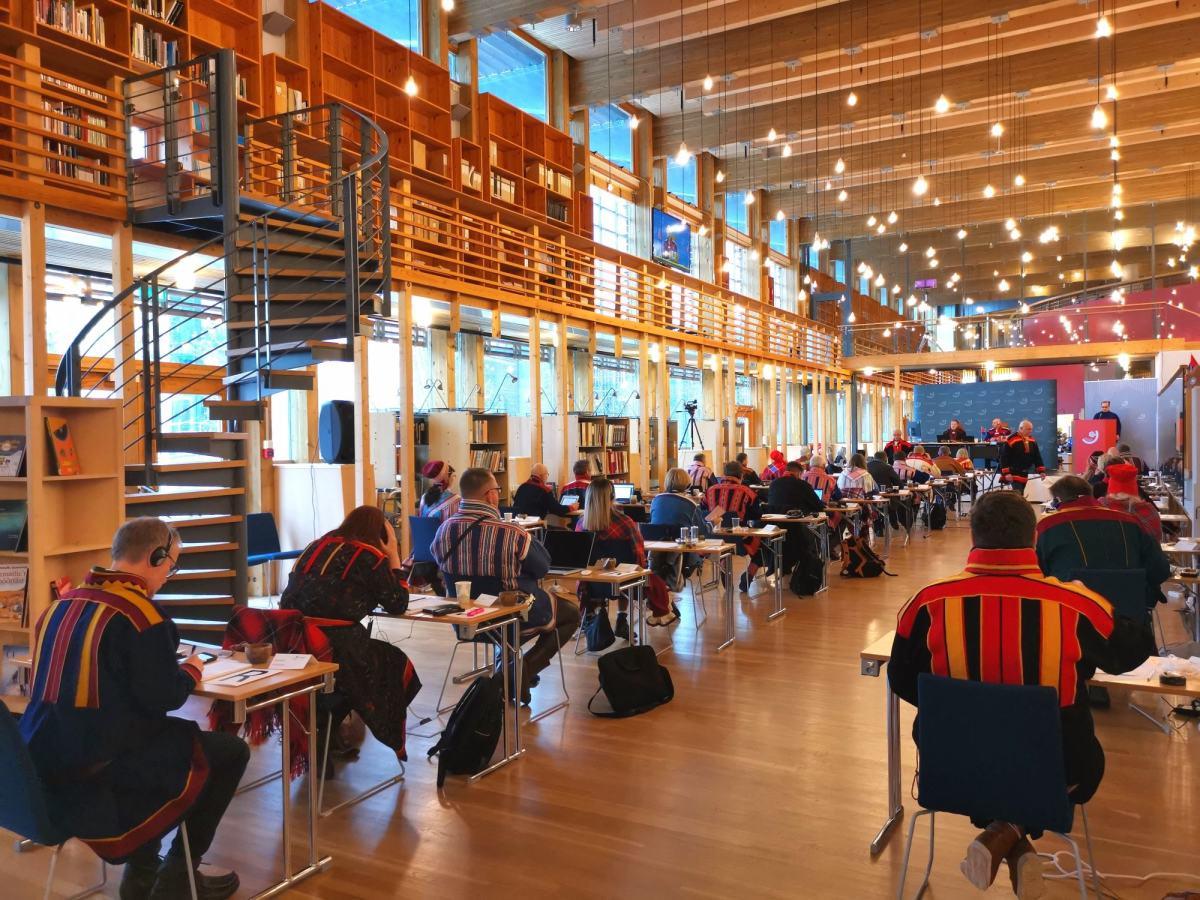 Sametinget har plenumsmøte i biblioteket på Sametinget under koronapandemien